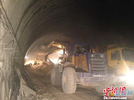 8月10日,贵州省石阡县境内一在建高速公路隧道发生坍塌,初步统计有13人被困。救援正在进行。
